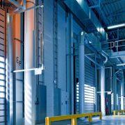 Brama przemysłowa w hangarze