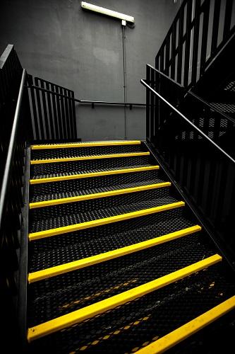 taśmy podłogowe na schodach
